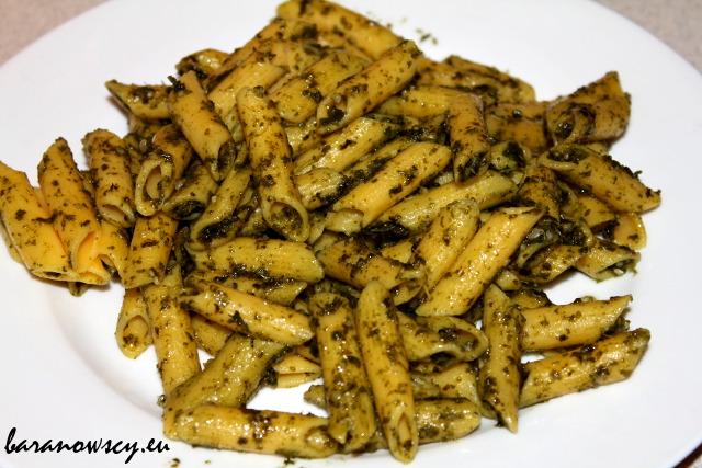 Pesto z jarmużu, z makaronem kukurydzianym.