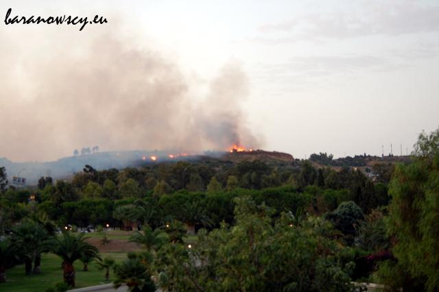 Pożar (być może podpalenie?) wzgórza naprzeciwko hotelu.
