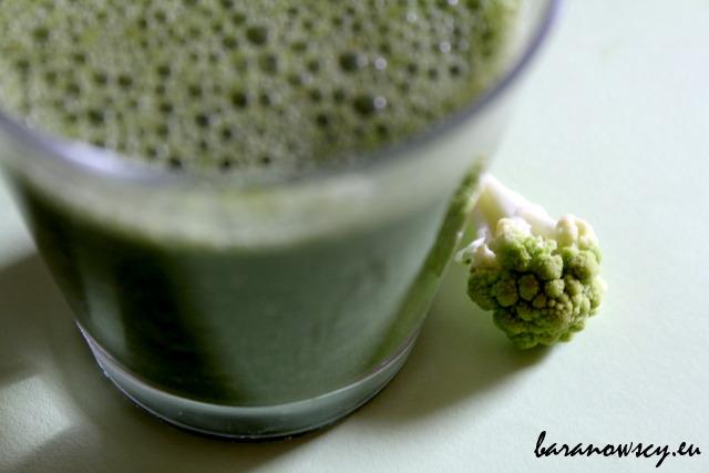 Zielony koktajl z zielonym kalafiorem.