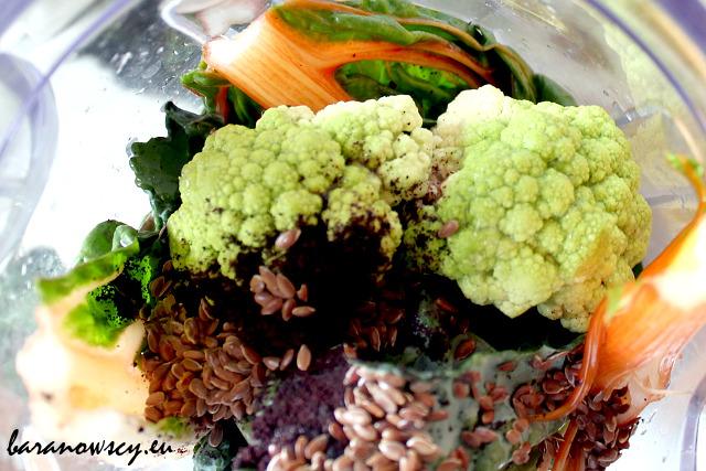 Składniki zielonego koktajlu: mangold, zielony kalafior, sproszkowane jagody acai, siemię lniane, sok z cytryny.