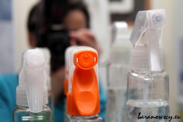 Butelki płynów do szyb różnią się wielkością i końcówką spryskiwacza.