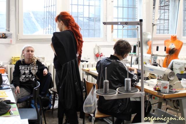Wear.coop: Dasia (Dagmara Rolirad), Ania, Kasia przy pracy