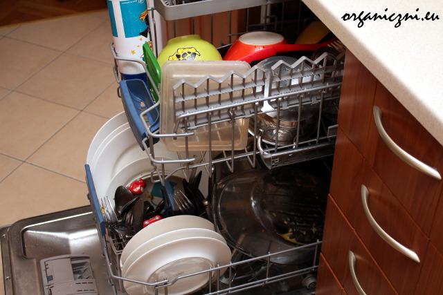 Brudne naczynia w zmywarce