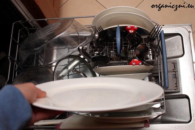 Czyste naczynia po umyciu proszkiem Bio-D (dolny koszyk zmywarki)
