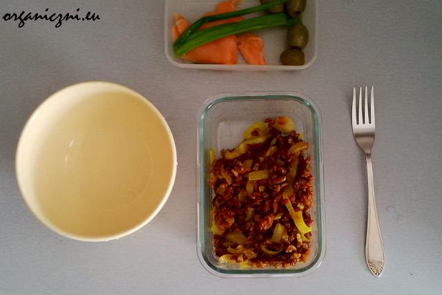 Ryż z cebulką i przyprawami, w drugim pojemniku - dodatki