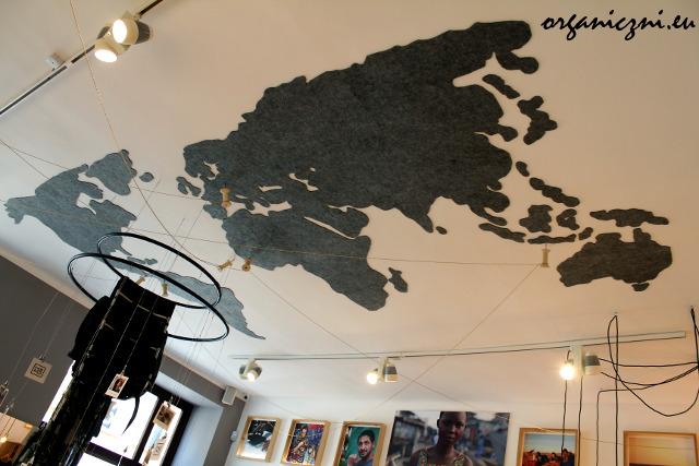 Mapa na suficie i wbite szpilki pokazują, skąd pochodzą materiały i biżuteria KOKOworld