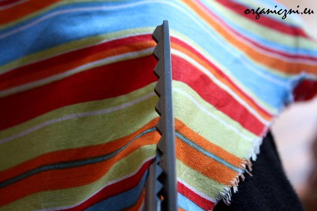 Wycinanie materiału nożyczkami w ząbki