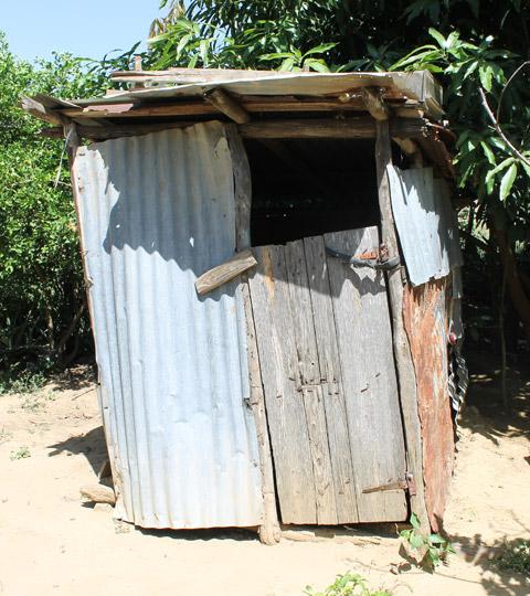Stara toaleta do wymiany... Zdjęcie: http://www.biotropic.comotropic.com