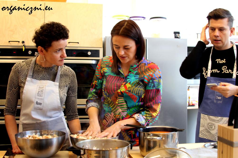 Sylwia Majcher (pośrodku) podczas warsztatów kulinarnych