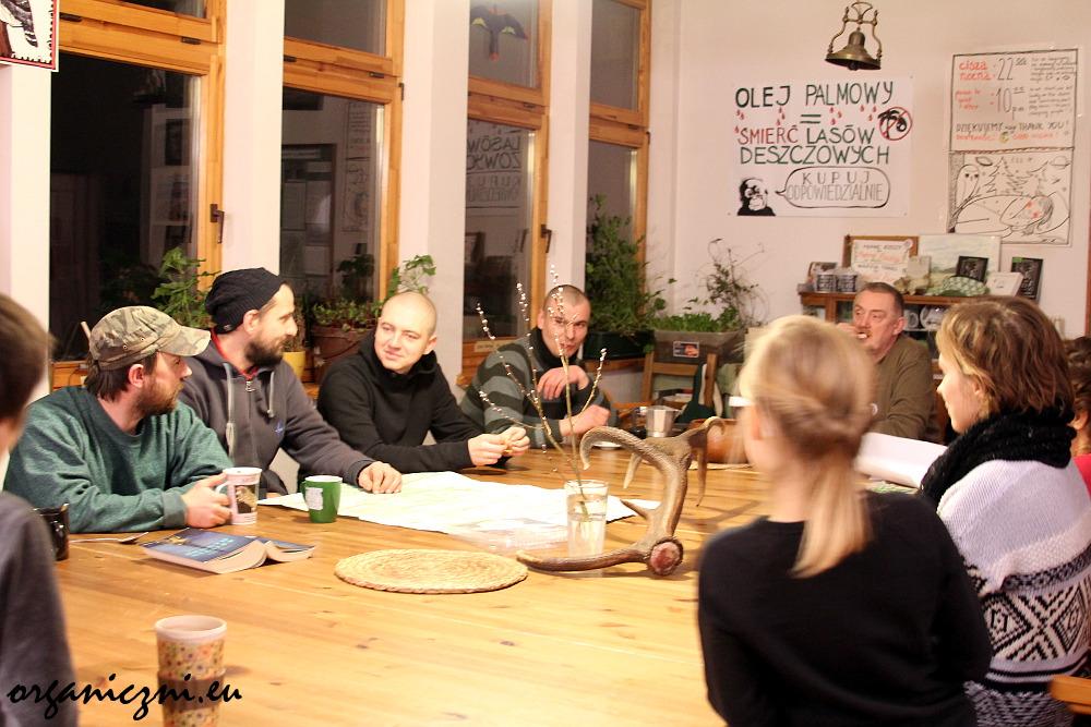 Obozowe życie: wieczorne zebranie