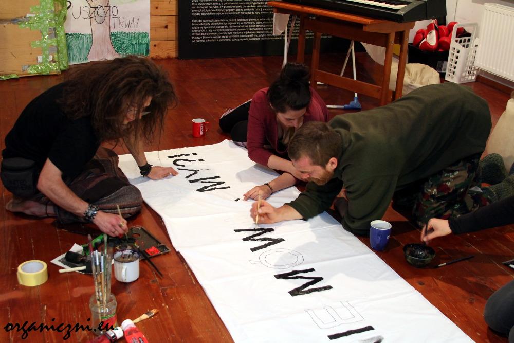 Obóz dla Puszczy. Nocne malowanie transparentów