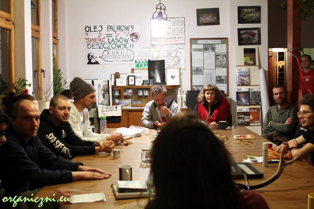 Wieczorne zebranie w Obozie dla Puszczy