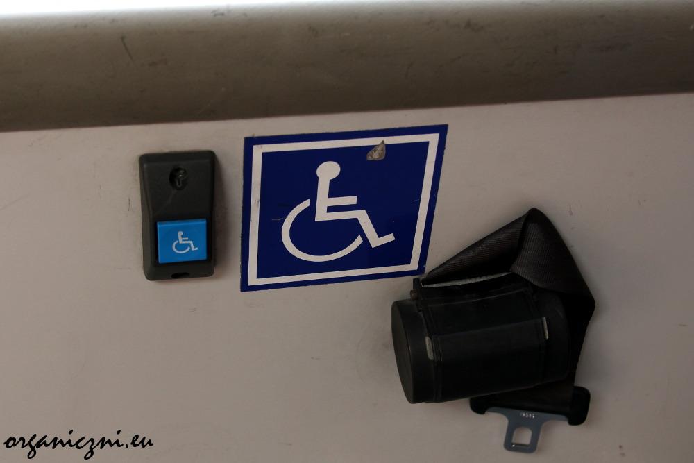 Miejsce w autobusie dla osoby na wózku inwalidzkim