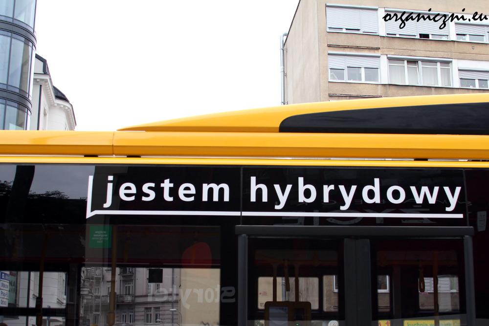 Ten autobus jest hybrydowy