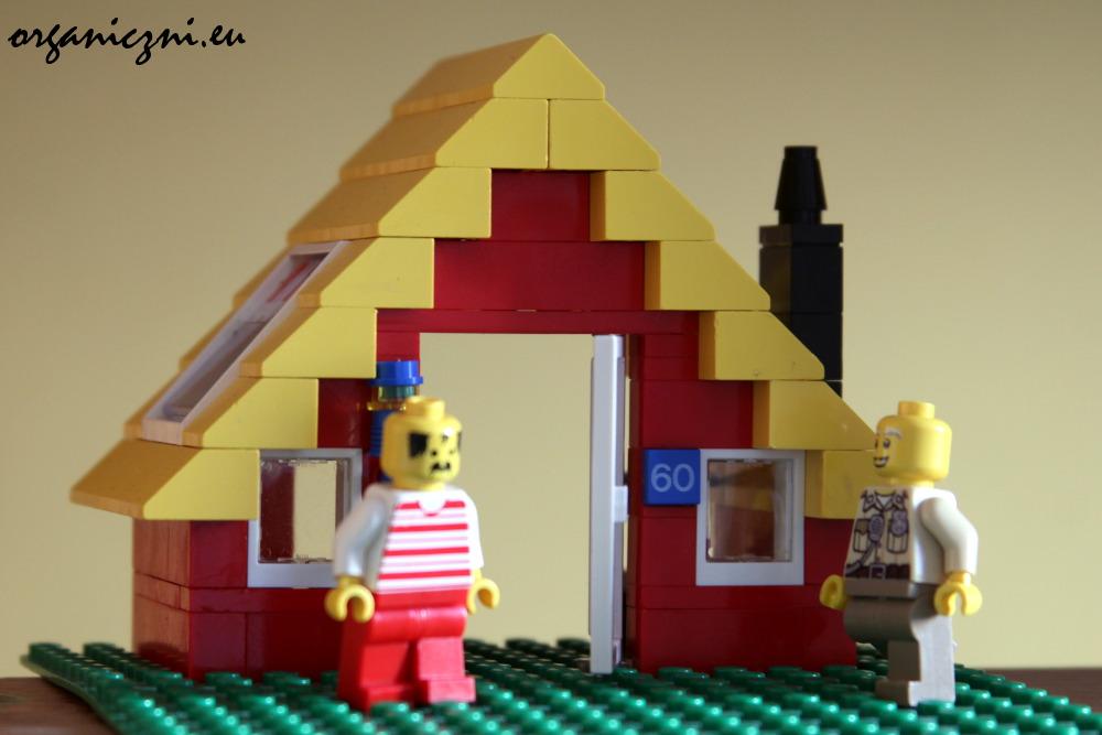 Domek pochodzi z zestawu z moich lat dziecinnych.