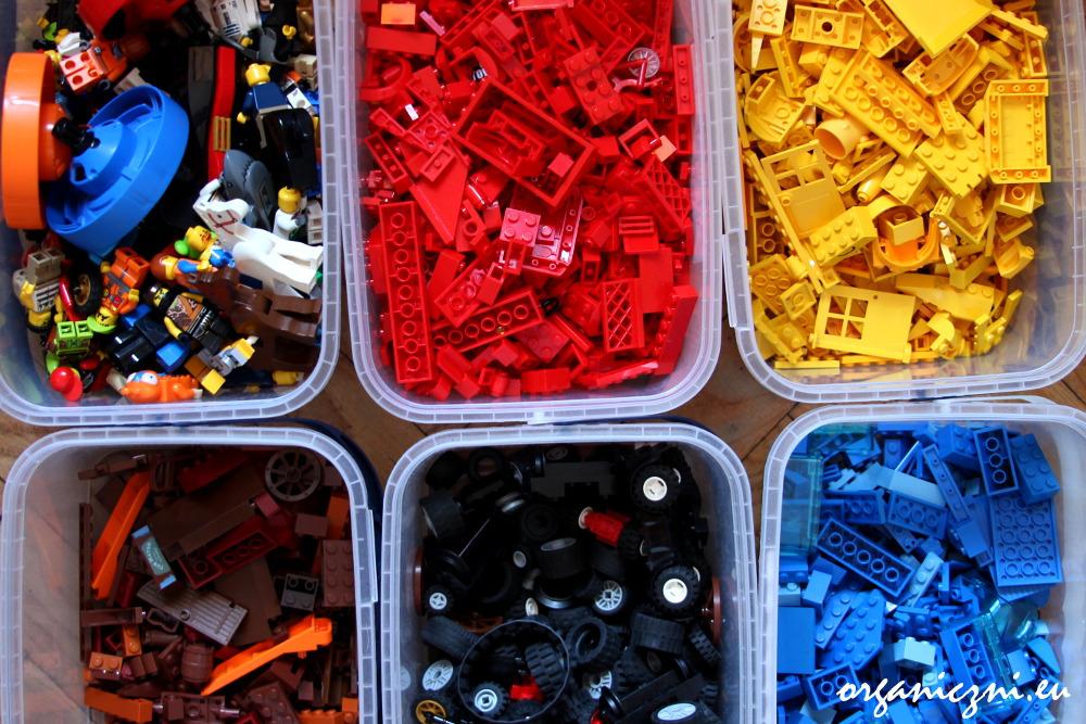 Klocki lego posortowane na kolory