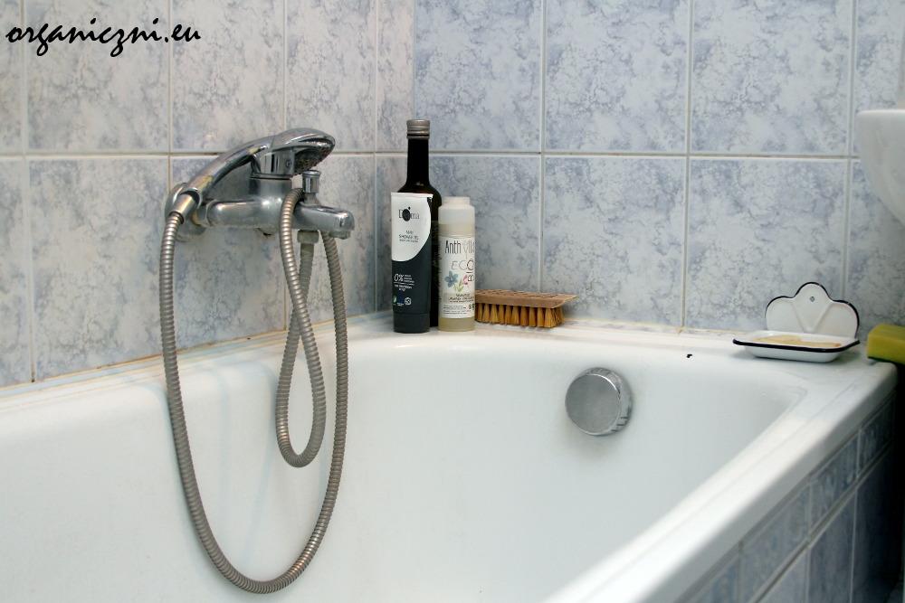 Na wannie: olej sezamowy, żel do mycia męża, szampon, mydelniczka chłopców, naturalna szczotka do szorowania wanny i wstydliwie schowana gąbka