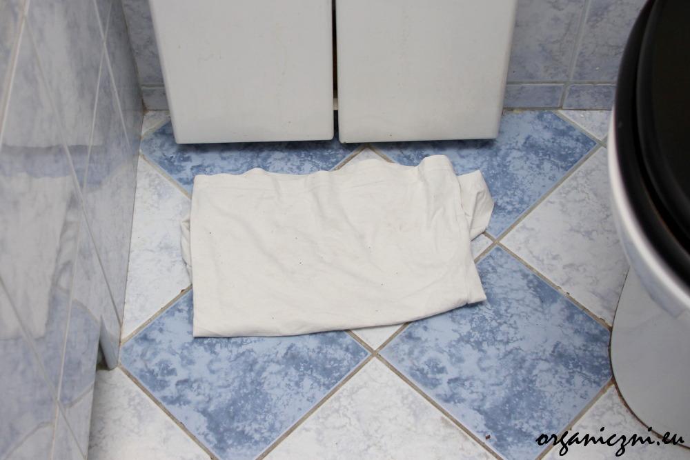 Łazienka zero waste. Szmatka ze starej koszulki