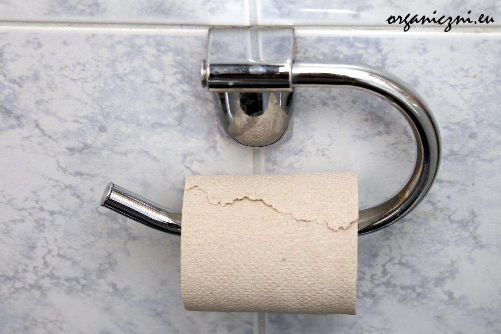 Makulaturowy papier toaletowy, kupowany na rolki