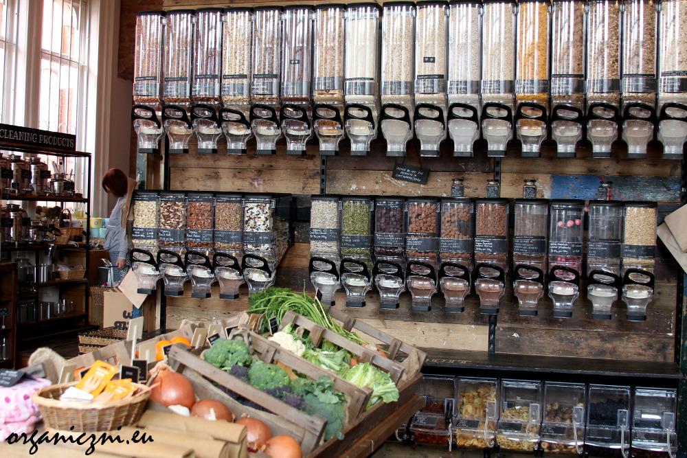 W sklepie jest też trochę świeżych warzyw i owoców | There is also a bit of fresh vegetables and fruits