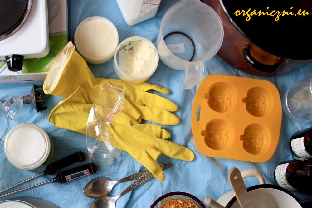 Wszystko, czego trzeba do robienia mydła, w tym foremki w kształcie dyń