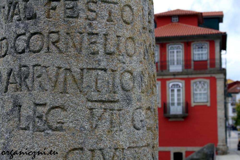 Rzymski kamień milowy na moście w Chaves