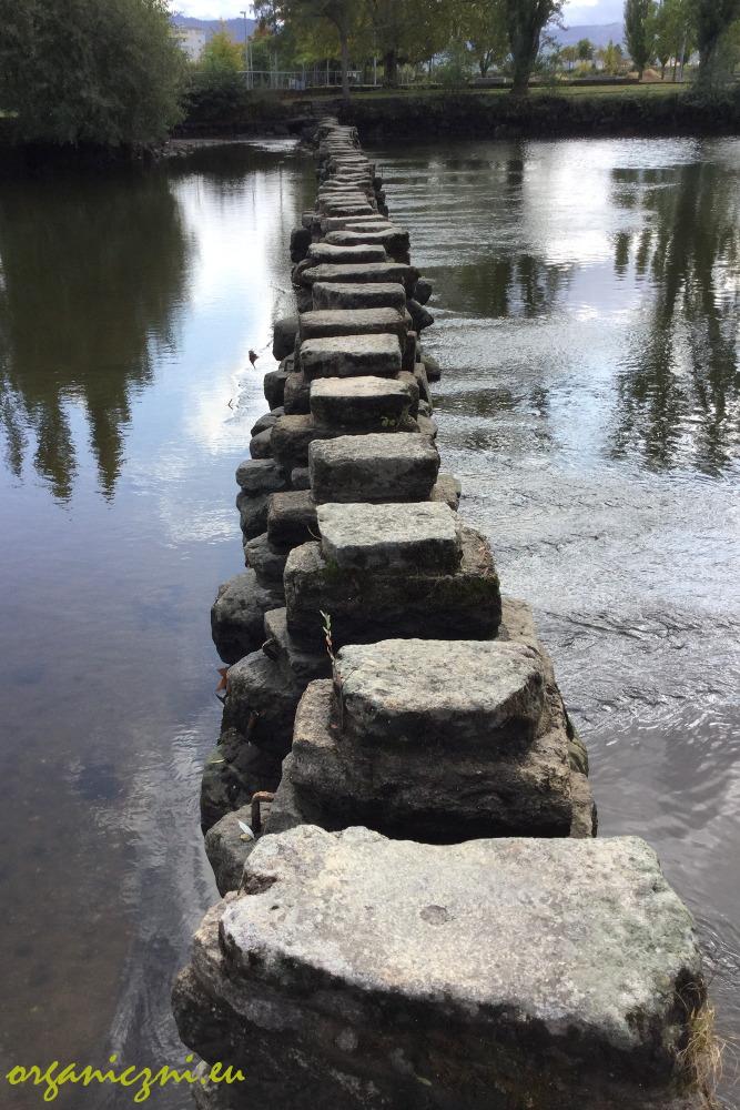 Przejście przez rzekę po kamiennych filarach w Chaves