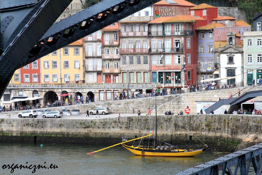 Widok na Stare Porto z dolnej kładki mostu Dom Luís I w Porto