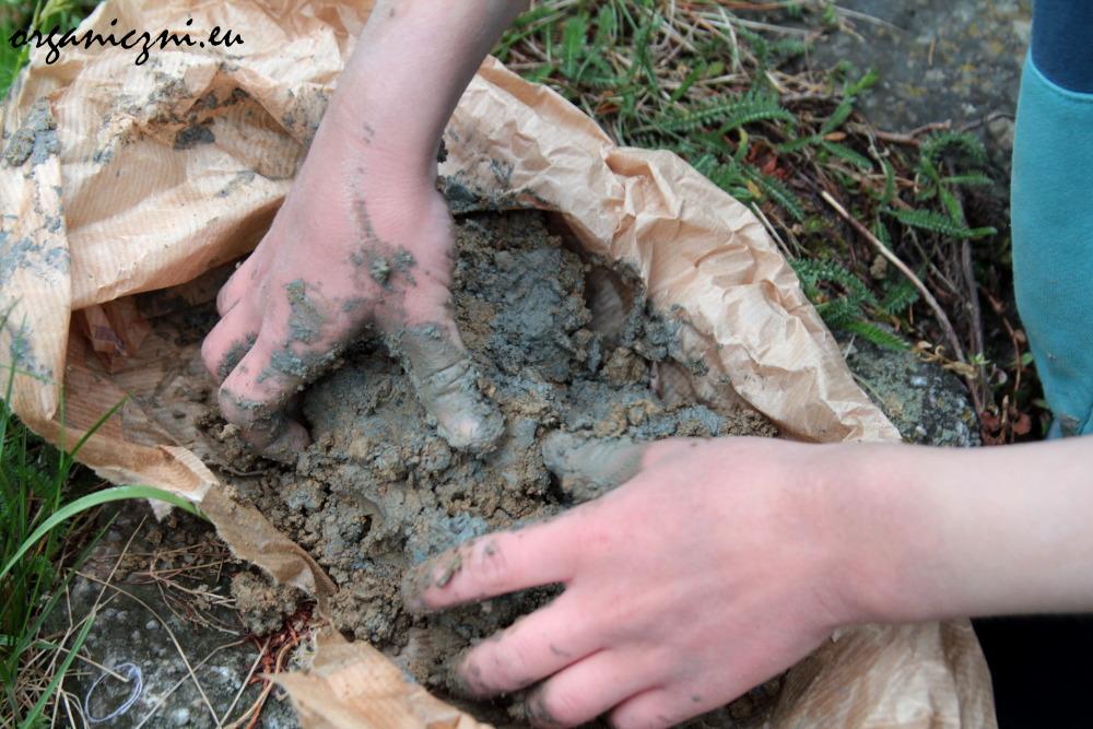 Mieszanie gliny z ziemią