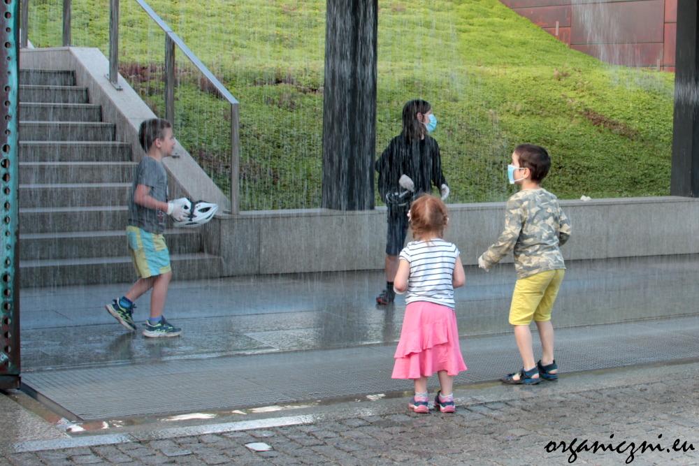 Wrocław z dziećmi na rowerze. Wielka atrakcja w Hydropolis to drukarka wodna