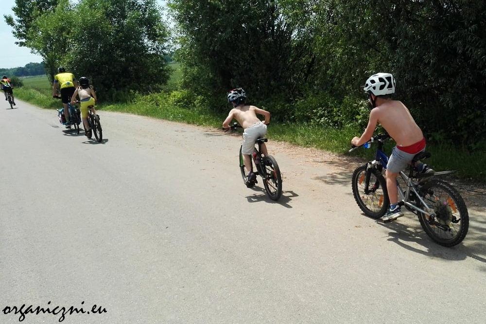 Wrocław z dziećmi na rowerze. Dzieci jadą nad Jezioro Dziewicze