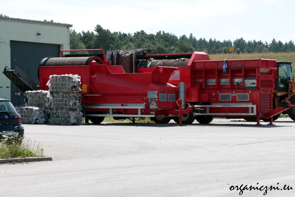 Te czerwone maszyny to sita do dzielenia odpadów. Mają otwory 80 i 20 mm