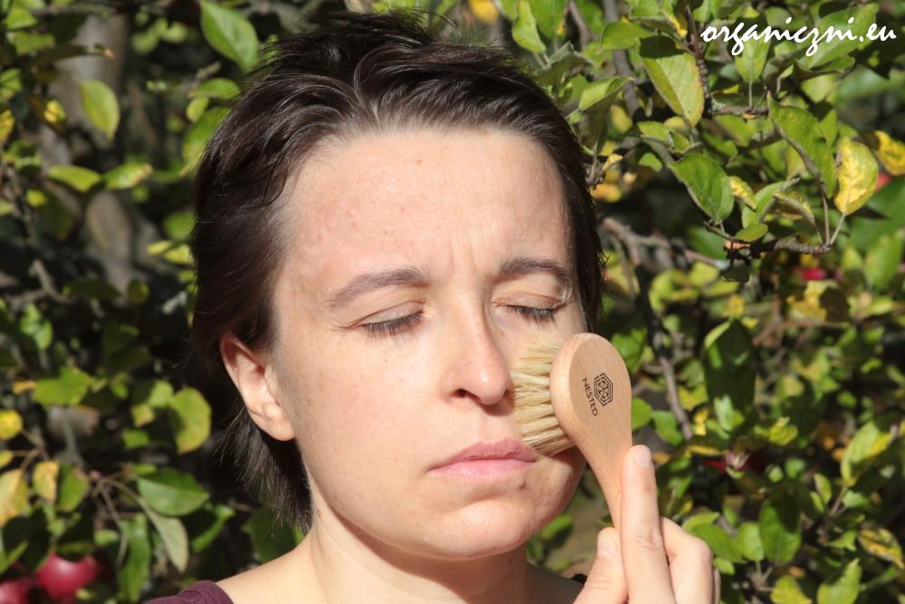 Szczotkowanie twarzy na sucho