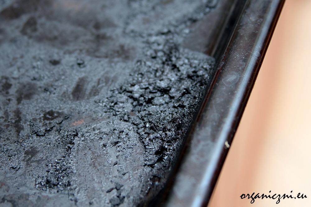 Jak wyczyścić przypaloną blachę?
