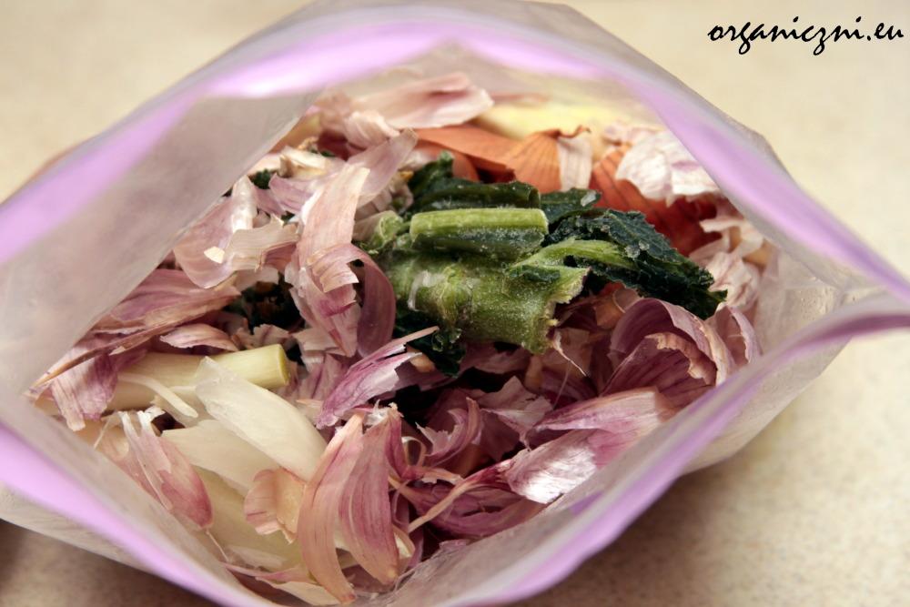 Jak nie marnować żywności? Możemy mrozić resztki warzyw i gotować na nich zupę